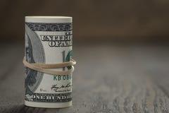 Крен стойки долларовых банкнот старого стиля 100 дальше Стоковые Фотографии RF