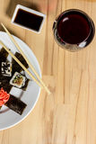 Крен суш сделал assorti блюда обедающий с бокалом вина Стоковая Фотография