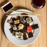 Крен суш сделал assorti блюда обедающий с бокалом вина Стоковое Фото