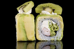 Крен суш с мясом краба, кивиом и авокадоом над черным backgrou Стоковые Фото