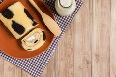Крен торта: Введенная сливк парного молока Стоковые Изображения RF