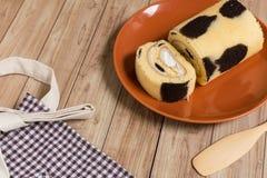 Крен торта: Введенная сливк парного молока Стоковое Изображение RF