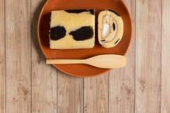 Крен торта: Введенная сливк парного молока Стоковые Фотографии RF