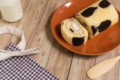 Крен торта: Введенная сливк парного молока Стоковые Изображения