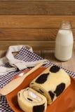 Крен торта: Введенная сливк парного молока Стоковые Фото