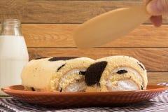 Крен торта: Введенная сливк парного молока Стоковое Фото