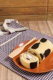Крен торта: Введенная сливк парного молока Стоковое фото RF