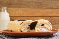 Крен торта: Введенная сливк парного молока Стоковая Фотография RF