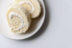 Крен торта на плите Стоковые Фотографии RF
