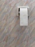 Крен туалетной бумаги на стене Стоковое Изображение