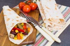 Крен хлеба пита с овощами и грибами Стоковая Фотография RF