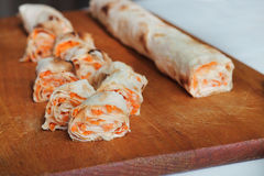 Крен хлеба pitta, моркови, яичек лежит Стоковые Фотографии RF