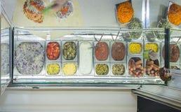 Крен цыпленка Shawarma в пита с свежими овощами и сливк Стоковое Изображение