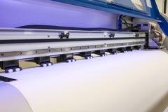 Крен чистого листа бумаги в машине большого формата принтера струйной для промышленного дела стоковое фото