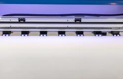 Крен чистого листа бумаги в машине большого формата принтера струйной для промышленного дела стоковая фотография