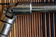 Крепежные детали гаечного ключа дальше с Torx гнездом на деревянной предпосылке, части ключа Стоковые Изображения RF