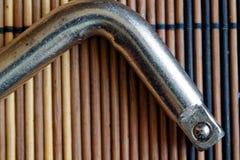 Крепежные детали гаечного ключа на деревянной предпосылке, части ключа Стоковые Изображения