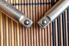 Крепежные детали гаечного ключа на деревянной предпосылке, части ключа Стоковые Фотографии RF