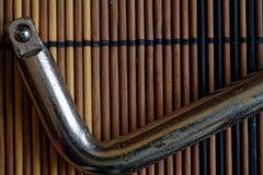 Крепежные детали гаечного ключа на деревянной предпосылке, части ключа Стоковая Фотография
