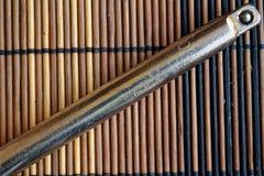 Крепежные детали гаечного ключа на деревянной предпосылке, части ключа Стоковые Фото