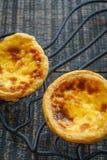 Крепируйте пироги торта или яичка на фокусе деревянной предпосылки селективном Стоковые Фото