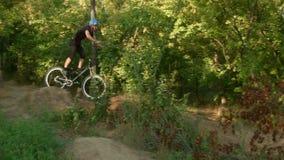 Крепко падать велосипедистов сток-видео