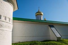 Крепостная стена и куполы монастыря Borisoglebsk, Dmitrov, области Москвы, России стоковое изображение rf