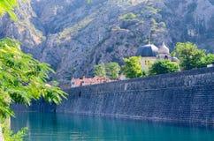 Крепостная стена на реке Shkurda в старом городке, Kotor, Черногории Стоковые Изображения