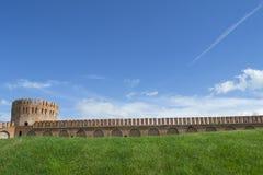 Крепостная стена Смоленска с башней Gorodetskaya (орел) Стоковые Изображения RF