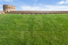 Крепостная стена Смоленска с башней Gorodetskaya (орел) Стоковое Изображение RF