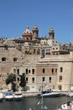 Крепостные стены и башни католического собора в заливе на острове Мальты стоковое фото