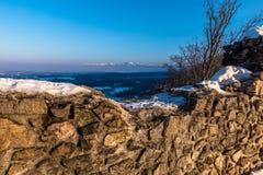 Крепостные стены и горы в предпосылке стоковые фотографии rf