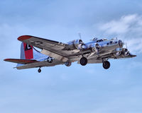 Крепость летания B-17 приходя внутри для посадки Стоковые Изображения