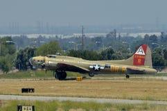 Крепость летания B-17 приходя внутри для приземляться Стоковое Изображение RF