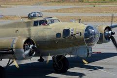 Крепость летания B-17 приходя внутри для приземляться Стоковые Изображения RF