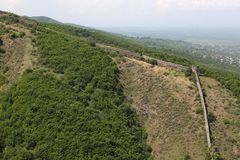 Крепость на стене mountainLong утеса средневековой каменной на холме для защиты деревни стоковые изображения