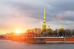 Крепость Питера и Пола на воде захода солнца реки Санкт-Петербурга Neva Стоковая Фотография RF