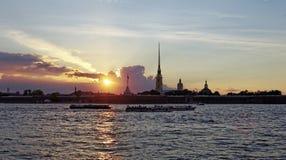 Крепость Питера и Пола на реке Neva на заходе солнца во время белых ночей в Санкт-Петербурге, России Стоковые Изображения