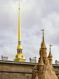 Крепость Питера и Пола, шпиль собора Питера и Пола и часть песочной скульптуры Стоковые Фото