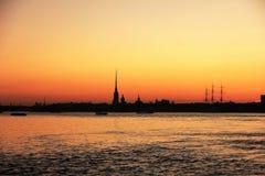 Крепость силуэт Санкт-Петербурга Питера и Пола, России на небе захода солнца Стоковые Фотографии RF
