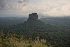 Крепость утеса льва Sigiriya, взгляд от Pidurangala, Шри-Ланки стоковые изображения