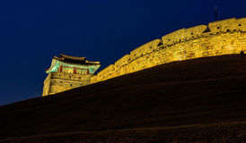 Крепость Hwaseong на ноче в Сувоне, Стоковое Изображение RF