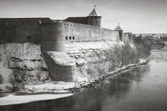 Крепость Ivangorod на реке Narva в сезоне зимы Стоковые Изображения RF