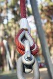 Крепление пластичных кабелей с стальной штангой в парке Стоковое Изображение