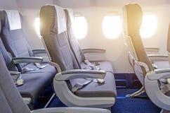 Кресла в кабине пассажира, с ремнями безопасности и иллюминаторами Стоковые Фото