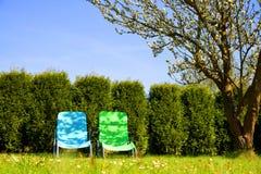 Кресла для отдыха в саде весны Стоковые Фотографии RF