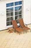кресла опорожняют бассеин патио Стоковые Фото