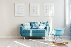 Кресло бирюзы в ежедневной комнате Стоковое фото RF