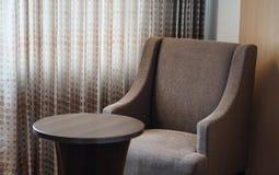 кресло и таблица софы в гостиничном номере Стоковые Изображения RF