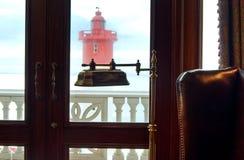 Кресло и чтение освещают с маяком в предпосылке стоковая фотография rf